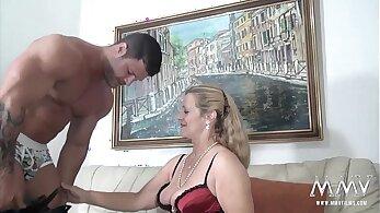 vya Granni, granny the brunette in the video desnudando httpswww